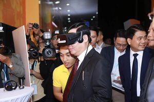 Phó Thủ tướng trải nghiệm thương mại điện tử ngay trên phố đi bộ Hồ Gươm