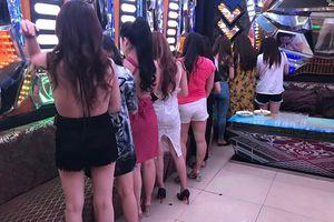 Phát hiện hàng chục nữ tiếp viên ăn mặc hở hang trong khách sạn