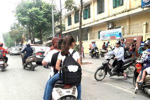 Nhiều phụ huynh 'quên' không đội mũ bảo hiểm cho trẻ khi đi xe máy