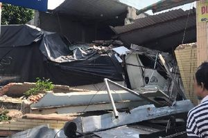 Sau tiếng nổ lớn, xe tải đâm sập 2 căn nhà ven đường, nhiều người thoát chết ở Sài Gòn