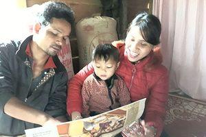 Thần đồng 3 tuổi người Vân Kiều: Nói và đọc trôi chảy tiếng Việt dù chưa được bất cứ ai dạy