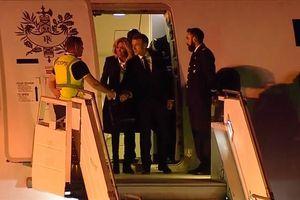 Tổng thống Pháp 'bơ vơ' ở sân bay Argentina