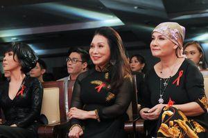 NSND Bạch Tuyết cùng giới nghệ sĩ Sài Gòn ủng hộ 'Dải băng đỏ 2018'
