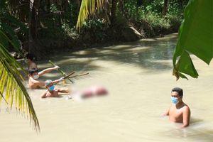 Phát hiện thi thể người phụ nữ bị trói 2 chân, dìm dưới mương nước