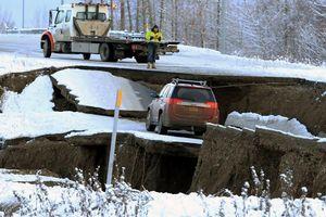 Nhà cửa hư hỏng, đường sá gãy nứt sau động đất ở Alaska (Mỹ)