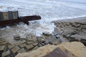 Kè cứng dang dở, sóng lớn đánh tan nát bờ biển xã đảo ở Quảng Nam