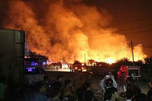 100 cảnh sát suốt đêm ứng cứu xưởng gỗ 1.000m2 bị biển lửa bao trùm