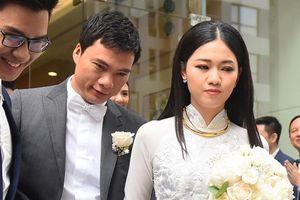 Á hậu Thanh Tú nắm chặt tay chồng CEO trong lễ đón dâu