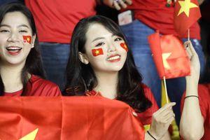 Nữ CĐV Việt Nam khuấy động bầu không khí rực lửa trên sân Philippines