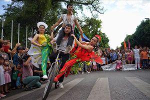 Hơn 70 nghệ sĩ xiếc diễu hành tại phố đi bộ Hồ Gươm