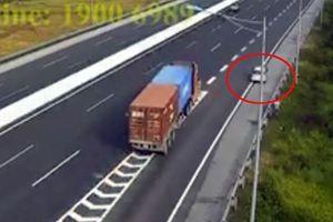 Ôtô lùi cao tốc Hà Nội-Hải Phòng, quý ông xuống dẫn đường