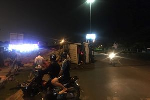 Xe tải lật, hàng trăm bao lúa rơi xuống đường, 2 người bị thương