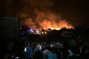 Xưởng sản xuất gỗ cháy ngùn ngụt xuyên đêm, khói bốc cao hàng chục mét