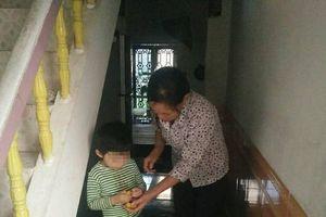 Gia cảnh đẫm nước mắt của bé trai 4 tuổi bị cô giáo buộc dây vào người vì tăng động