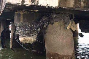 Tàu chở dầu đâm vào chân cầu cảng, nguy cơ tràn dầu ra biển