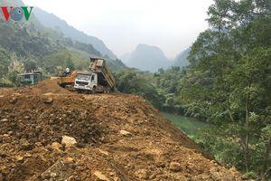 Doanh nghiệp xây thủy điện ngang nghiên đổ đất thải xuống bờ sông Cầu