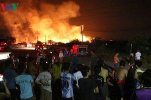 Xưởng gỗ hàng ngàn mét vuông bốc cháy ngùn ngụt trong đêm