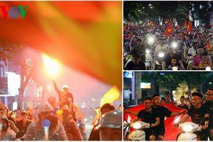 Đốt pháo sáng, nườm nượp diễu hành trên phố Hà Nội mừng ĐT Việt Nam
