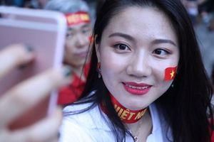 Cổ động viên Hàn Quốc xinh như hotgirl sang Philippines tiếp lửa cho thầy trò Park Hang-seo