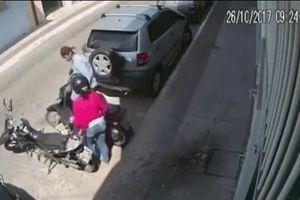 Bị tên cướp bắt phải giao xe, cô gái bất ngờ đưa ra 1 đề nghị và thu về kết quả mỹ mãn