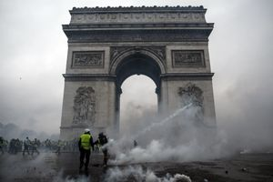 Khải Hoàn Môn tan hoang sau biểu tình lớn nhất thập niên ở Paris