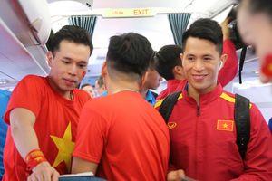Tuyển Việt Nam được CĐV trên máy bay chào đón nồng nhiệt