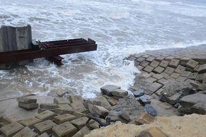 Kè mới còn dang dở, sóng lớn tiếp tục công phá bờ biển 'đảo ngọc' Tam Hải