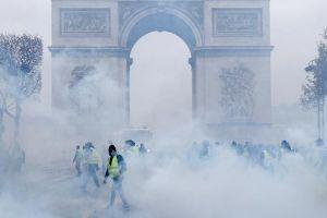 Khải Hoàn Môn hoang tàn sau vụ bạo loạn nghiêm trọng