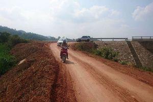 Ì ạch làm đường vào vùng khó khăn ở Nghệ An