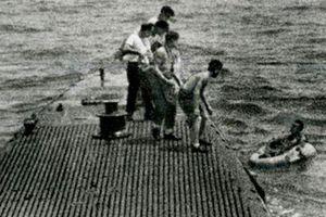 Khoảnh khắc cố Tổng thống Bush hồi trẻ được… tàu ngầm cứu vớt