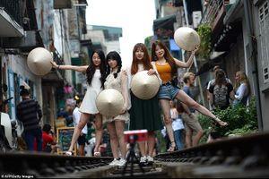 Du khách liều mình săn ảnh trên đường tàu ở phố cổ Hà Nội