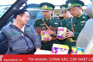 Bắt đối tượng xách hơn 32 kg pháo từ Lào về... chơi Tết và bán kiếm lời