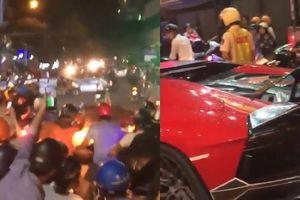 Clip: Lamborghini bất ngờ bốc cháy giữa dòng 'bão' ăn mừng ĐT Việt Nam