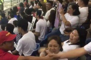 CĐV Philippines đổi áo, bắt tay CĐV Việt trên khán đài gây sốt