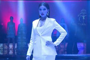 Click xem ngay: Màn catwalk 'xứng danh vedette' của Minh Tú trong phần thi Top Model