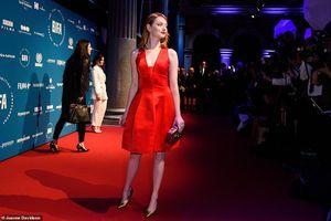 Kiều nữ Emma Stone đẹp ngất ngây với đầm đỏ rực gợi cảm trên thảm đỏ
