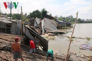 Sạt lở làm 3 căn nhà bị cuốn xuống sông ở Long Xuyên, An Giang