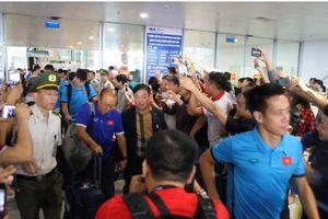 ĐT Việt Nam về nước trong vòng vây người hâm mộ