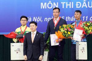 Xạ thủ Jin Jong-oh trực tiếp trao HCV cho Hoàng Xuân Vinh