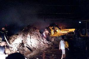 Xưởng chế biến gỗ bốc cháy ngùn ngụt trong đêm