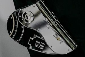 Show diễn Dior gây sốt với phụ kiện giống bao đựng súng