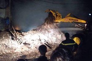 Xưởng gỗ gần cây xăng cháy dữ dội, dân tháo chạy trong đêm