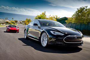 Chủ xe Tesla ngủ gật chạy 112 km/h, cảnh sát cuống cuồng bám theo