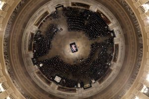 Linh cữu Bush 'cha' đến Điện Capitol trong hoàng hôn Washington D.C