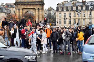 Khoảng 100 trường học Pháp bị phong tỏa khi biểu tình lan rộng