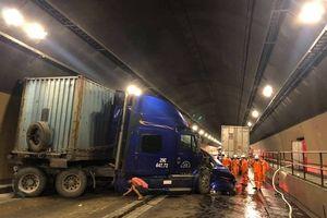 Hầm đường bộ Hải Vân: Xe đầu kéo tông xe tải, giao thông tê liệt 3 giờ