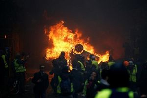 Pháp hoãn tăng thuế nhiên liệu sau cuộc biểu tình lớn nhất trong vòng 50 năm