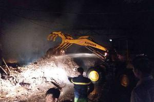 Xưởng gỗ nằm gần cây xăng bốc cháy dữ dội trong đêm