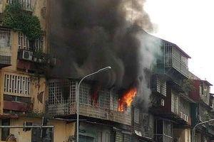 Căn hộ khu tập thể cũ Hà Nội bốc cháy ngùn ngụt giữa giờ trưa