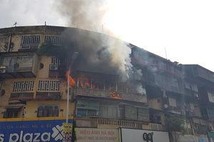 Hiện trường vụ cháy căn hộ khu tập thể cũ gần Đại học Y